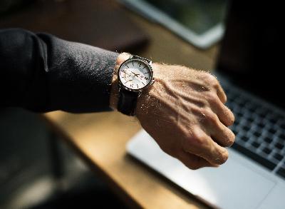 Bild zeigt Armbanduhr als Symbol für eine Termingerechten Start eines Online Coachings